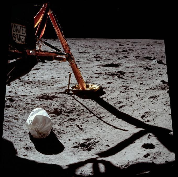 Apollo 11 setrvalo na Měsíci celkem 21 hodin a 36 minut.