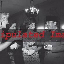 """""""Ikonická fotografie"""" Marilyn Monroe, Elisabeth Tayolorové a Jacqueline Kennedyové ve společnosti bývalého zakladatele Indonésie"""