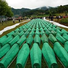 Pohřeb dalších desítek těl, která již byla identifikovaná. Foto z roku 2007