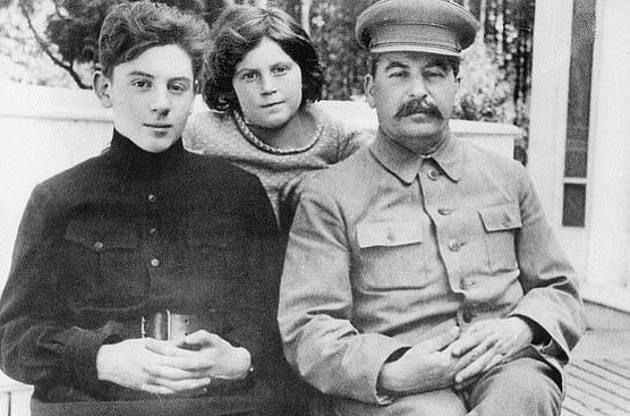 Stalin se svými dětmi, Vasilijem a Světlanou