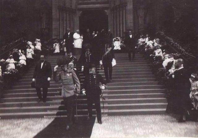 František Josef I. na schodech vinohradského kostela sv. Ludmily při návštěvě Prahy vroce 1907