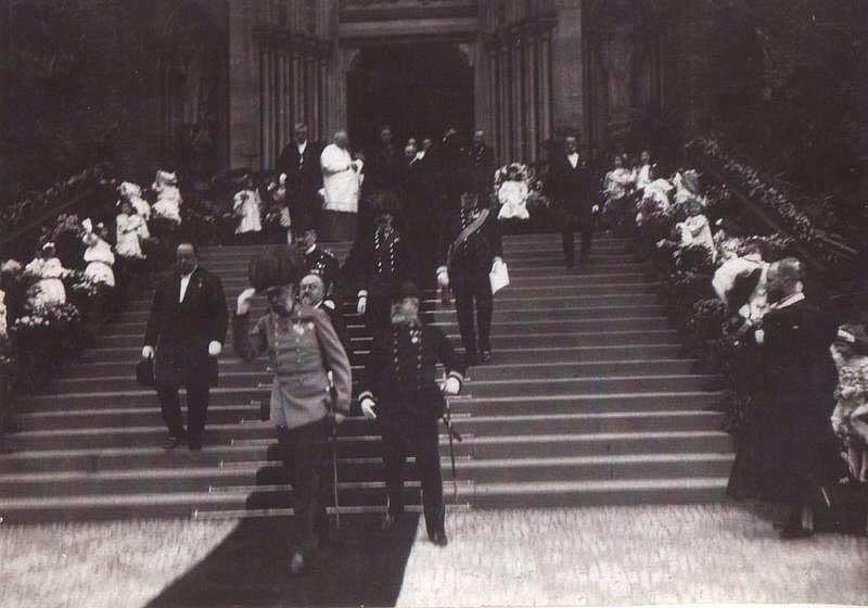 František Josef I. na schodech vinohradského kostela sv. Ludmily při návštěvě Prahy v roce 1907