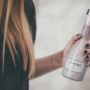 Pivo Aurosa se prodává v třetinkové lahvi s růžovým nádechem.