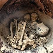 Detail keramické nádoby, kde byla těla nalezena