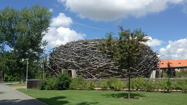 Nepřehlédnutelná jízdárna v areálu Čapího hnízda