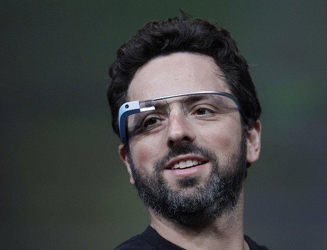 Sergey Brin při prezentaci Google brýlí v roce 2013