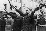 """Eger, 25. května 1938. Pohřeb sudetoněmeckých """"mučedníků"""" Georga Hofmanna a Niklasa Böhma (zavražděni 21. května 1938). Zleva německý vojenský atašé plukovník Toussaint, Konrad Henlein, Karl Hermann Frank a major Möricke"""