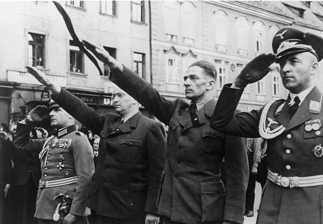 """Eger, 25.května 1938.Pohřeb sudetoněmeckých """"mučedníků"""" Georga Hofmanna a Niklasa Böhma (zavražděni 21.května 1938). Zleva německý vojenský atašé plukovník Toussaint, Konrad Henlein, Karl Hermann Frank a major Möricke."""