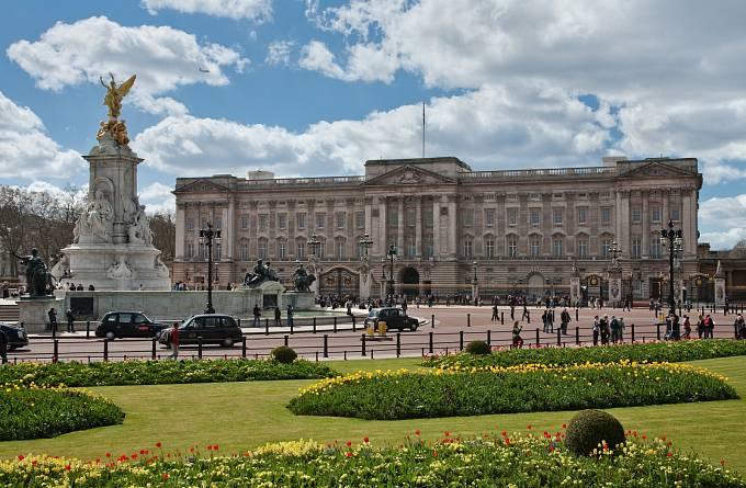 Buckinghamský palác, na který Němci v roce 1940 shodili pět bomb. Stalo se tak, jak jinak, během pátku třináctého.