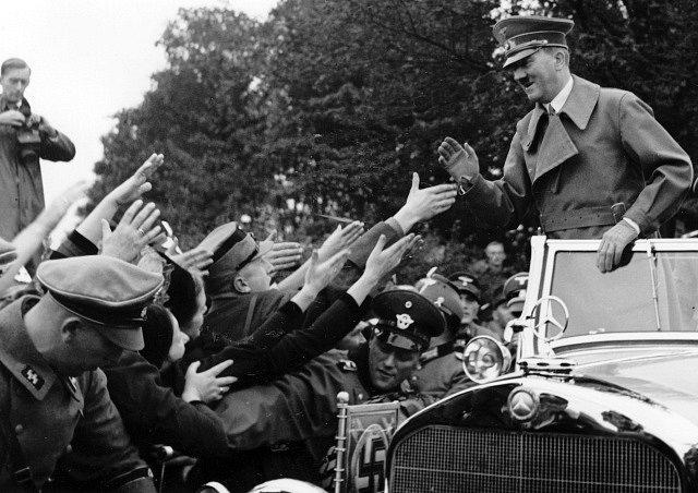 """Sudetští Němci vítají Adolfa Hitlera, """"spasitele"""" před Československem"""
