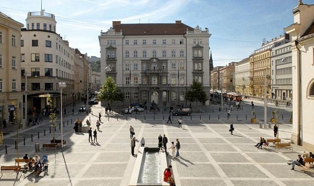 Paláce na Moravském náměstí vBrně zkonce 19.století jsou obdobou vídeňského bulváru Ring. Ivbrněnském okružním pásu najdeme parky, divadlo, kostel, školy a úřady.