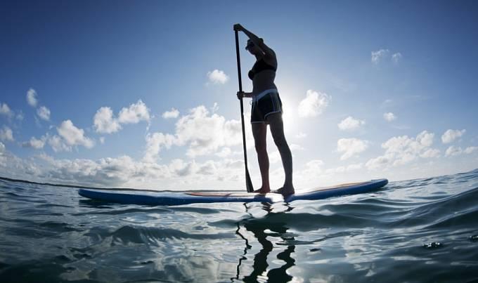 Žena na paddleboardu u Bahamských ostrovů