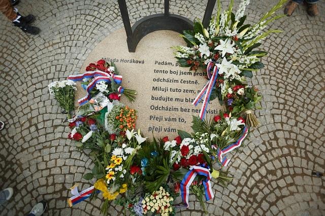 Odhalení pomníku Miladě Horákově se zúčastnila iJana Kánská, která do Čech jezdí.
