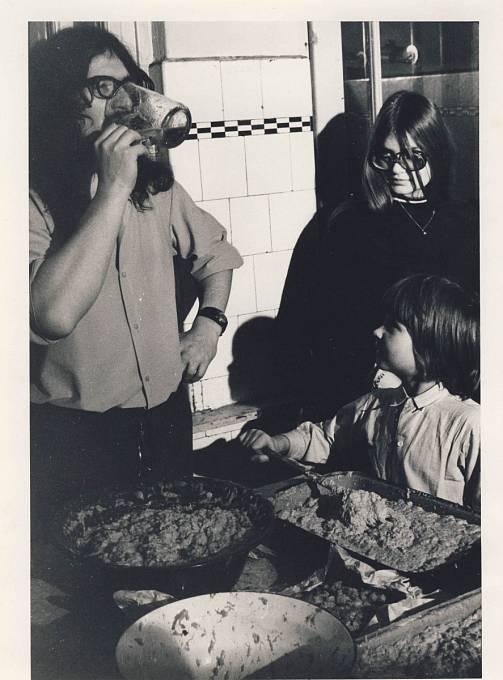 Ivan Martin Jirous vaří v Ječné, cca 1975