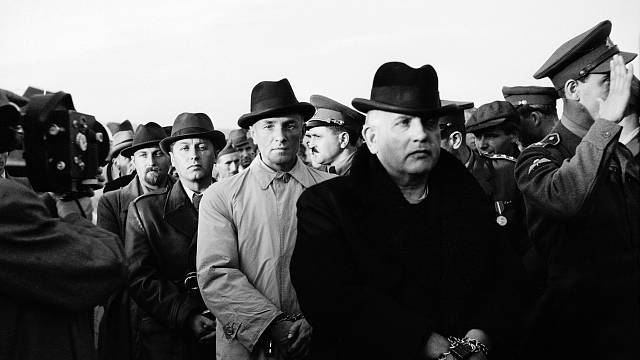 Deportace Jozefa Tisa du Justičního paláce v Bratislavě 2. prosince 1946