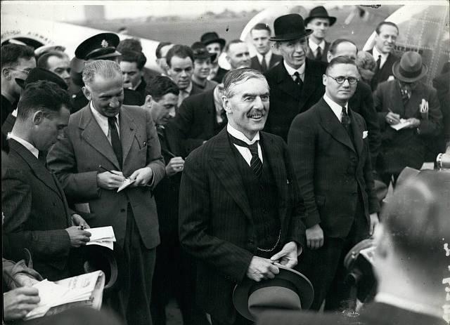 """Neville Chamberlain, jehož vítá Anglie poté, co jí podle svých slov """"přivezl mír"""""""