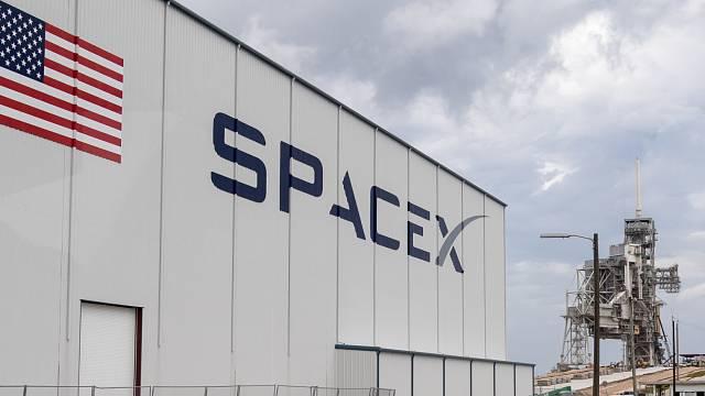 Firma SpaceX Elona Muska chce už příští rok dopravit na Měsíc vesmírné turisty.
