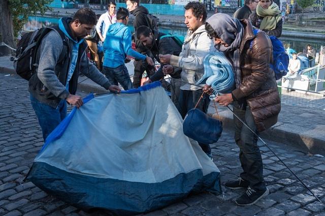 Městský improvizovaný uprchlický tábor u stanice metra Stalingrad v Paříži, říjen 2016. Ilustrační fotografie.