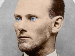 Jesse James. Hezký mladík s krutýma očima, jež svědčily o jeho schopnosti jít přes mrtvoly