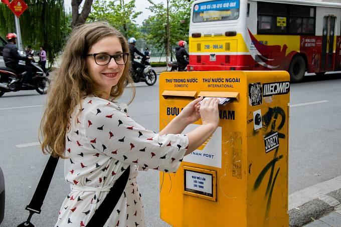Lucie Orbók posílá dopisy a pohlednice z Vietnamu.