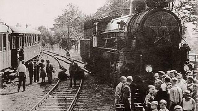 Vlak svobody a jeho cestující na nádraží v Selbu
