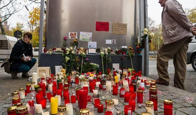 Svíčky za Muhammada z Bosny. LAGeSo (Landesamt für Gesundheit und Soziales) v Berlíně v říjnu 2015.