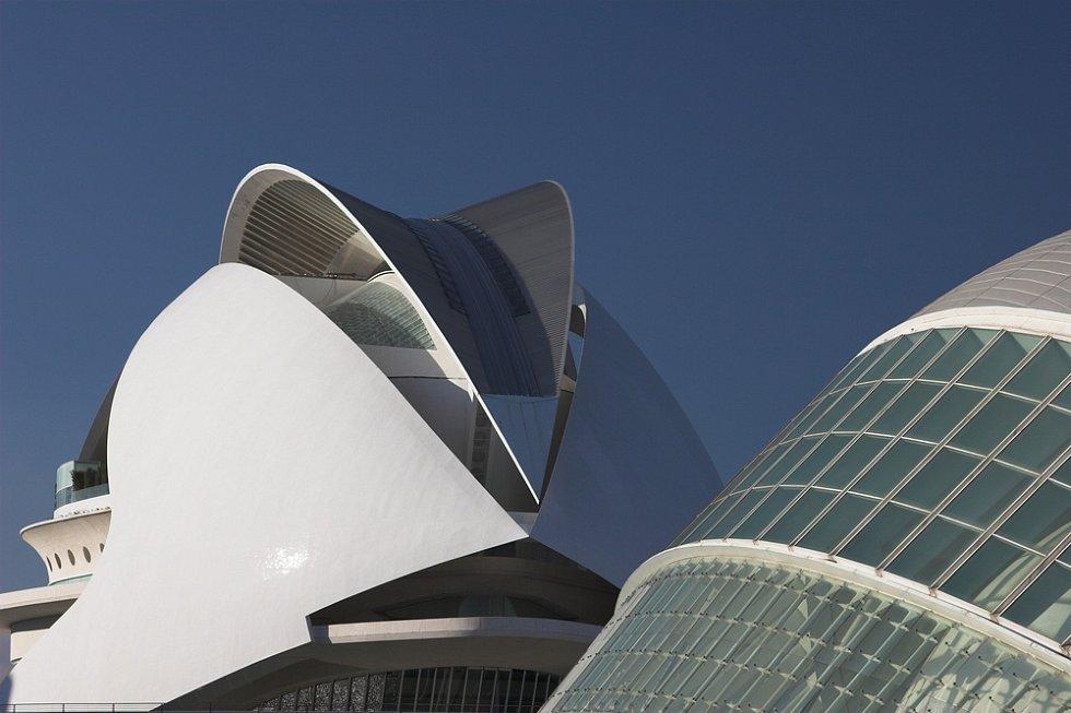 Vesmírnou loď připomíná Palác umění ve Valencii, kde je schovaná i operní scéna. Otevřena byla v roce 2005.