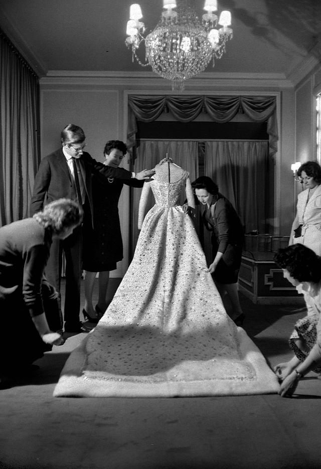 Svatební šaty íránské císařovny Farah