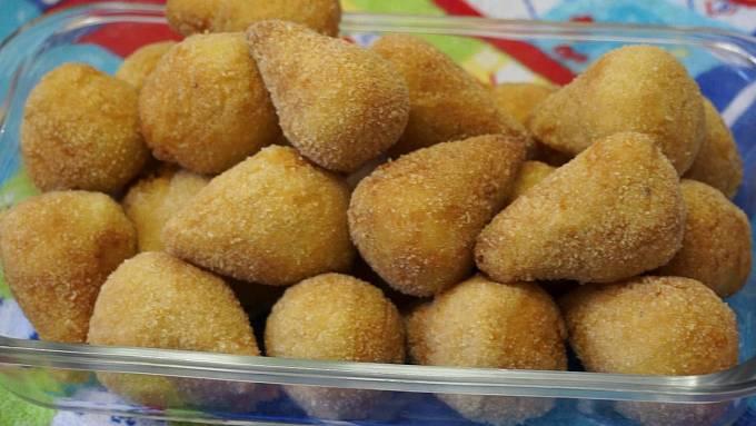 Coxinha je nakrájené nebo natrhané kuřecí maso zabalené v těstíčku. To vše dotvořené do tvaru kuřecího stehýnka a usmažené. Také u tohoto pokrmu existuje několik různých variant – dá se přidat například kukuřice nebo sýr.