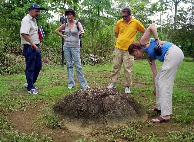 Ředitel kostarického národního muzea Francisco Corrales vysvětluje návštěvníkům, jak byly předkolumbovské kamenné koule nalezeny vPalmar Sur vdeltě Diquis, 300km jihovýchodně od San Jose. 4.srpna 2007