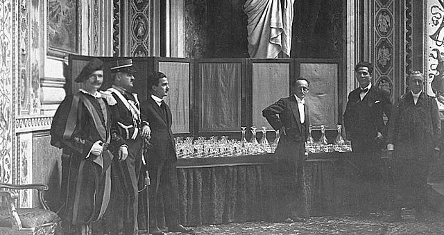 Leo Moser předává roku 1923ve Vatikánu soubor značky Moser o214 kusech papeži Piu XI.