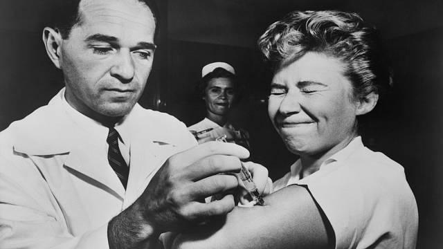 Asijská chřipka v roce 1957 zabila přes milion lidí, dalším obětem předešla včasně vyvinutá vakcína.
