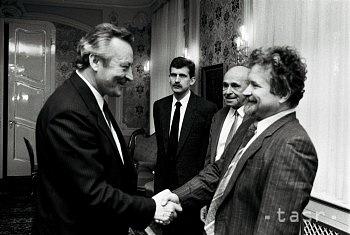 Petr Pithart se zdraví spředsedou slovenské republikové vlády Milanem Čičem při návštěvě Bratislavy 9.února 1990.