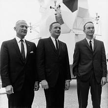 Buzz Aldrin (vlevo), Neil Armstrong a Mike Collins na tiskové konferenci v lednu 1969