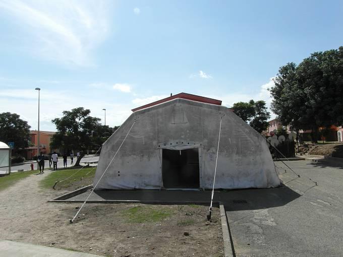 Vedle křesťanských modliteben je v táboře v Mineu také provizorní mešita