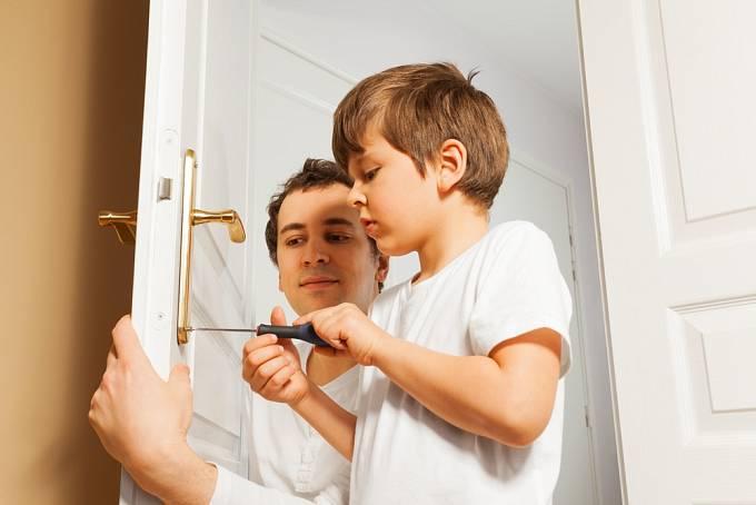 Zapojte dítě do praktických činností, i když jim to třeba zpočátku nepůjde tak snadno.