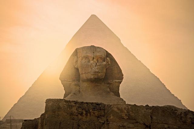 Dvakrát ročně zapadá slunce za pravé rameno Sfingy.