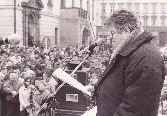 Rudolf Bereza při projevu na demonstraci HSD-SMS za obnovení moravské samosprávy v roce 1991 v Olomouci