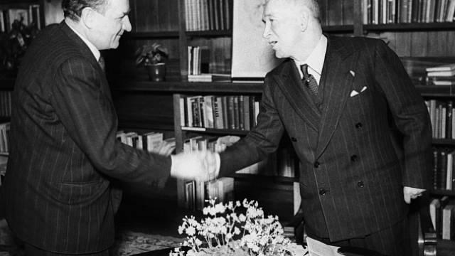 Edvard Beneš abdikoval do rukou premiéra Klementa Gottwalda