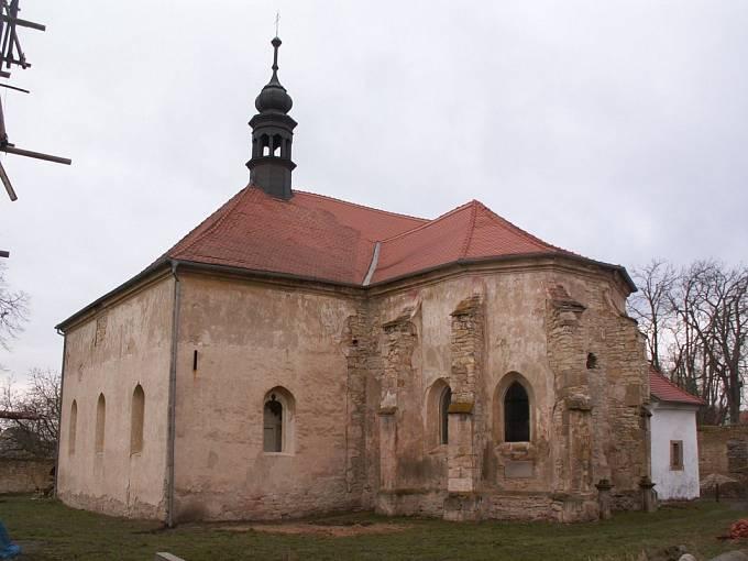 Kostel Narození Panny Marie v Hrušovanech na Litoměřicku (nyní už s opravenou střechou, v rukou soukromého majitele)