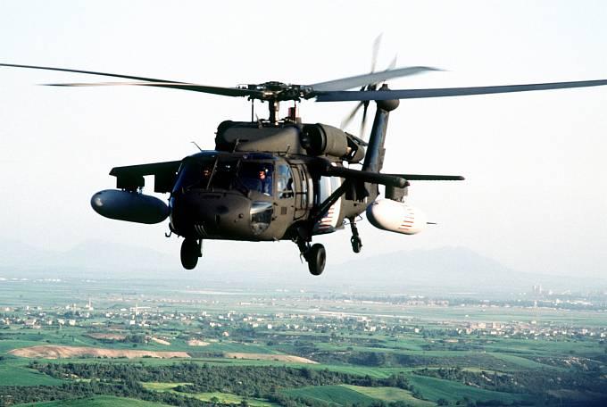 Vrtulník Black Hawk s přídavnými nádržemi - právě kvůli nim zaměnil pilot F-15 americké helikoptéry za irácké