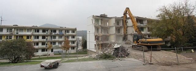 Demolice paneláku vObrnicích na Mostecku: svérázná oslava 60.výročí panelové výstavby unás.