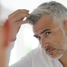 Stres je jedním z faktorů šedivění vlasů.