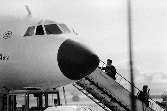 Policie NSR vstupuje do letadla