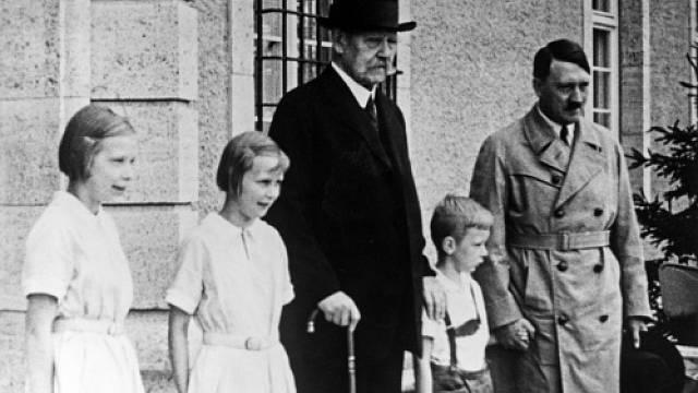 Hitler ke svým sourozencům neměl moc blízko. Na snímku Adolf Hitler a Paul von Hindenburg s vnoučaty (ilustrační foto)