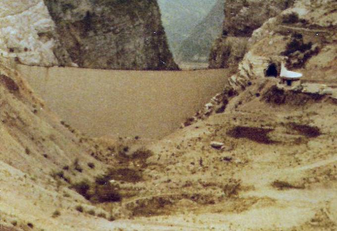 Pohled na přehradu Vajont od jezera na snímku z roku 1971. Vpravo pamětní kaple.