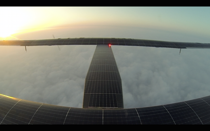 7. etapa: Detailní pohled na solární panely při přeletu do japonského letiště Nagoja