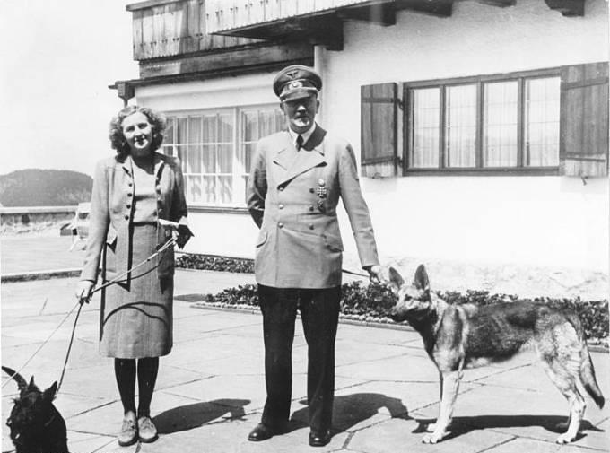 Adolf Hitler s Evou Braunovou na Berghofu