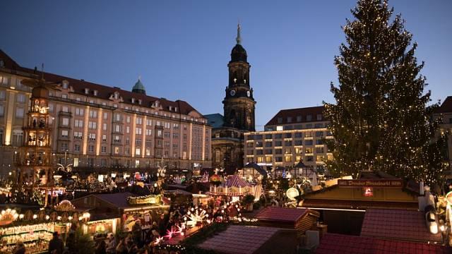 Předvánoční trh v centru Drážďan.