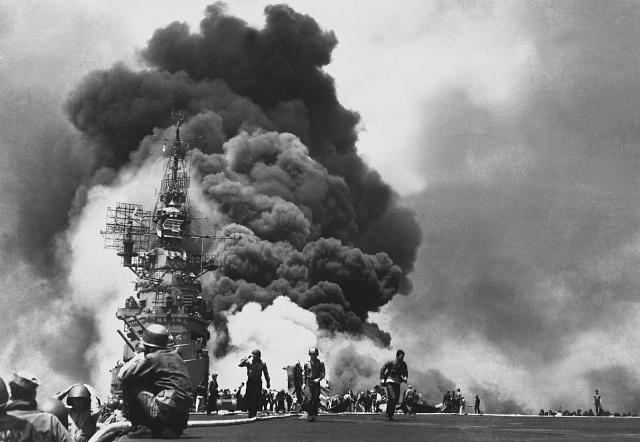 Dvě letadla kamikaze, která zasáhla vlajkovou loď viceadmirála Mitschera USS Bunkera Hilla, způsobila rozsáhlé požáry a zabila 396mužů.